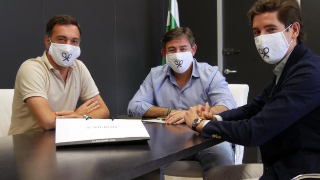 De izquierda a derecha : consejero de Córdoba CF, Miguel Gómez Huertas, el consejero delegado del Córdoba CF, Javier González Calvo, y Pablo López, CEO de Silbón.