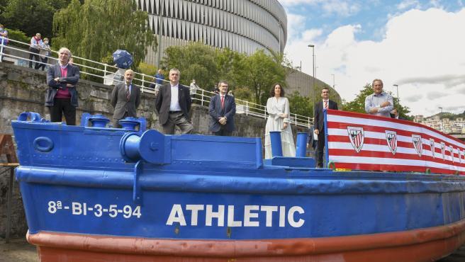 El alcalde de Bilbao, Juan Mari Aburto, la diputada foral de Euskera, Cultura y Deporte, Lorea Bilbao;, y el presidente del Athletic, Aitor Elizegi, en la gabarra