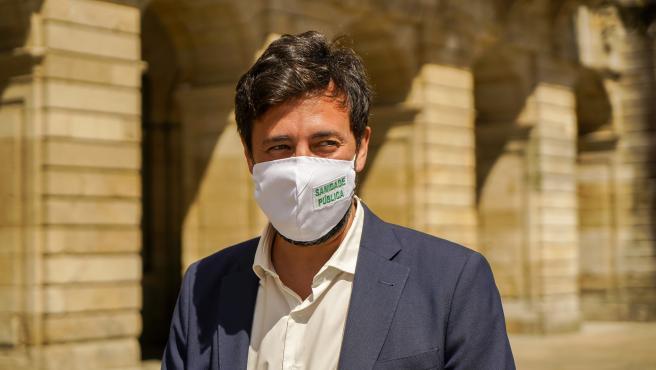 El candidato de Galicia en Común a la Presidencia de la Xunta, Antón Gómez-Reino, en la Praza do Obradoiro de Santiago