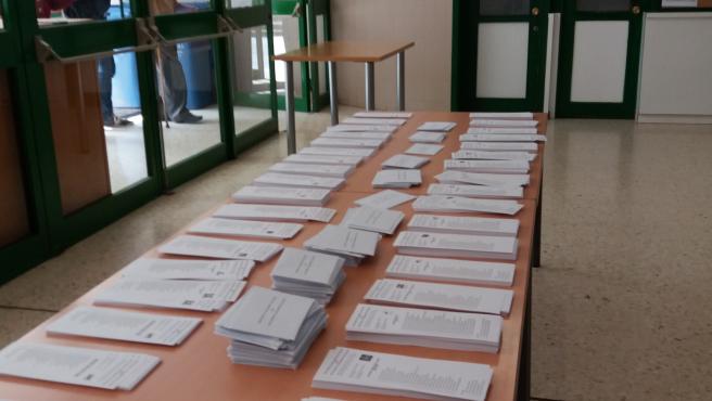 Mesa con las papeletas del 25 de septiembre en un colegio electoral