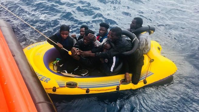 Personas rescatadas de una patera en una imagen de archivo