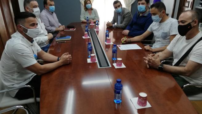 Reunión entre la alcaldesa de Langreo, Carmen Arbesú, y representantes sindicales por el cierre de la térmica de Lada