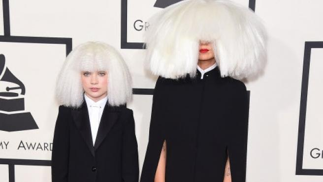 La cantante Sia y la bailarina Maddie Ziegler posan en los Premios Grammy.