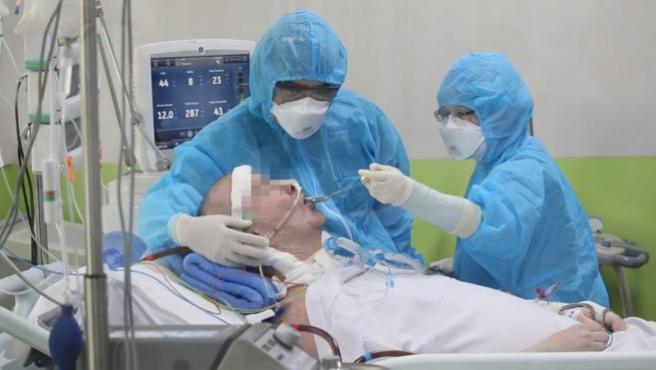 Stephen Cameron pasó 68 días conectado a un respirador en un hospital de Vietnam.