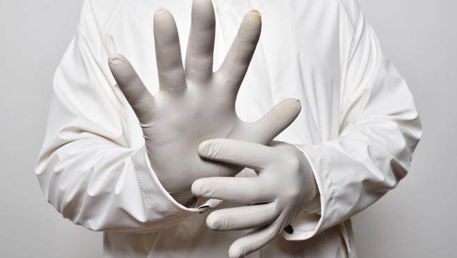 Otro de los errores más comunes es tocar los guantes por fuera al quitarlos. De nada sirve usarlos si al final te contagias de esta forma tan tonta. Hay que tener cuidado.