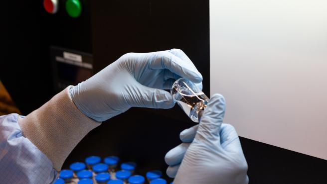 Un trabajor de Gilead trabaja con muestras de Remdesivir, un medicamento antiviral y el primer fármaco aprobado para tratar casos graves de COVID-19.