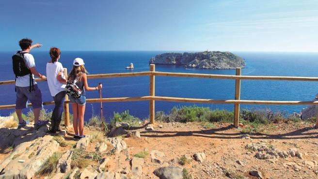 Una família en un mirador observant les Illes Medes.