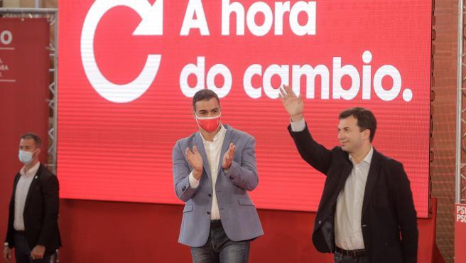 El presidente del Gobierno, Pedro Sánchez, aplaude en un mitin con el candidato a la Xunta, Gonzalo Caballero, mientras este saluda, en A Coruña (Galicia) a 4 de julio de 2020.