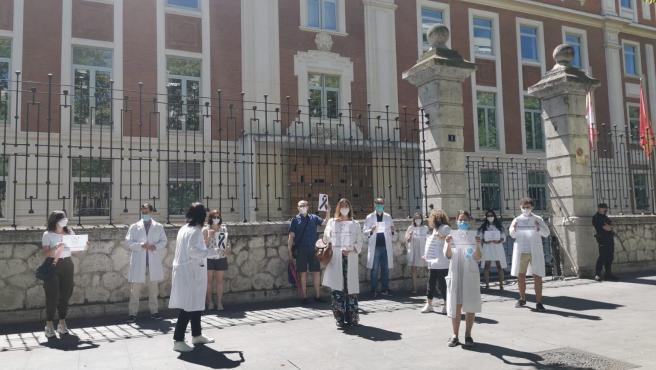 Integrantes de MUD a las puertas de la Consejería de Sanidad.