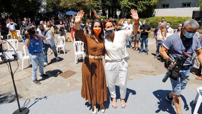 La candidata a la Xunta, Beatriz Pino, y la presidenta de Ciudadanos, Inés Arrimadas, saludan al llegar a un 'Encuentro Ciudadano' en Vigo (Pontevedra/Galicia/España), a 4 de julio de 2020.