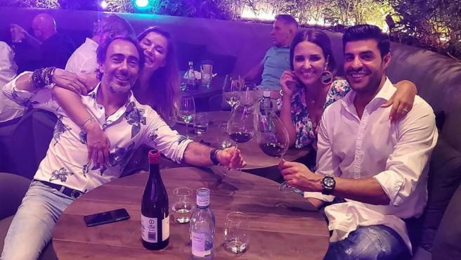 Imagen compartida por Paula Echevarría, junto a Miguel Torres y unos amigos en Marbella.