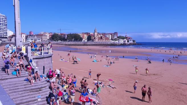 Playa de San Lorenzo en una imagen de archivo del pasao verano.