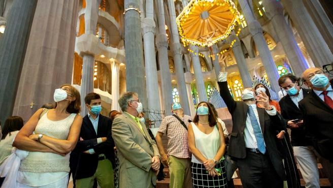 Jordi Fauli, arquitecto encargado de las obras de la Sagrada Familia, da explicaciones a los invitados en la reapertura del templo a las visitas.