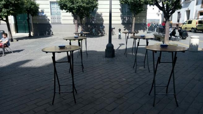 Terraza de un bar vacía en una imagen de archivo