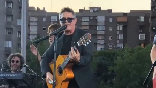 Alejandro Sanz, durante el concierto sorpresa ofrecido en un puente de la M-30 en Madrid.