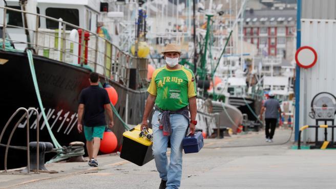 Un pescador pasea por el puerto de Burela.