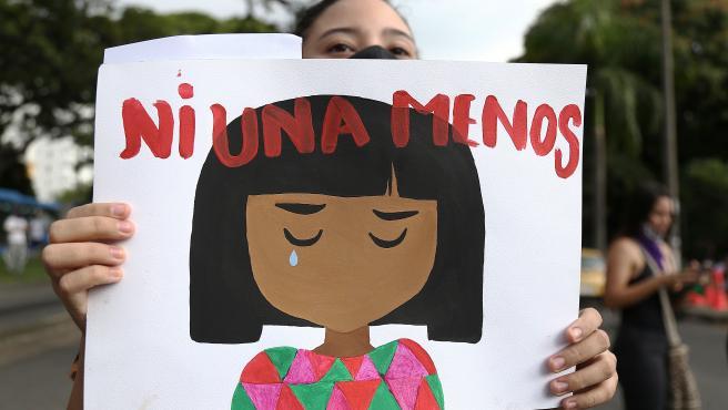 Una mujer sostiene una pancarta durante la manifestación de este viernes contra la violencia sexual en Colombia.