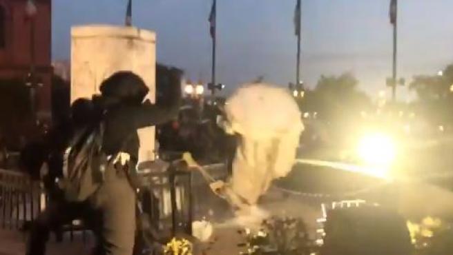 Momento en el que derriban la estatua de Colón en Baltimore.