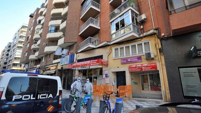 Efectivos policiales y sanitarios junto al edificio de Albacete en el que se ha detectado un brote de coronavirus.
