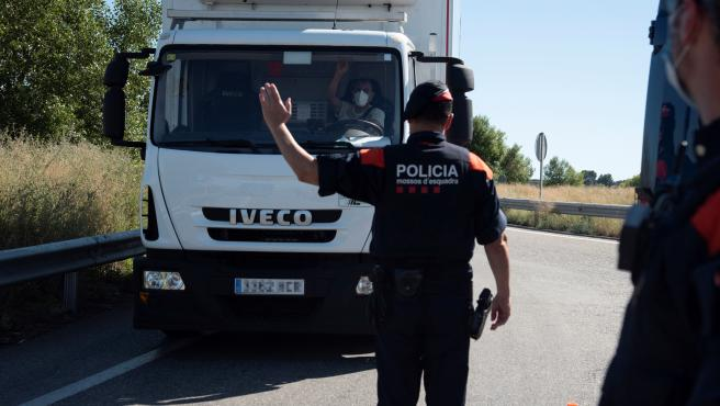 Un agente de los Mossos d'Esquadra da el alto a un vehículo en un control en Segrià (Lleida).