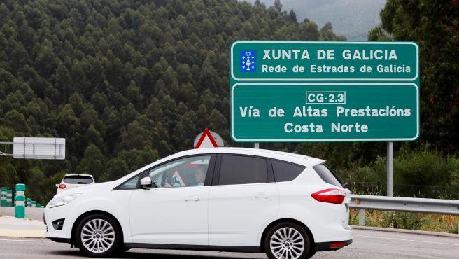 Un vehículo circula por una autopista de Lugo este domingo.