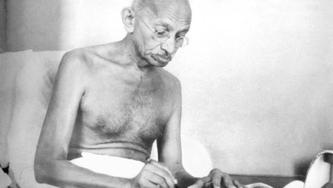 Gandhi writing Aug1942 Wikimedia commons