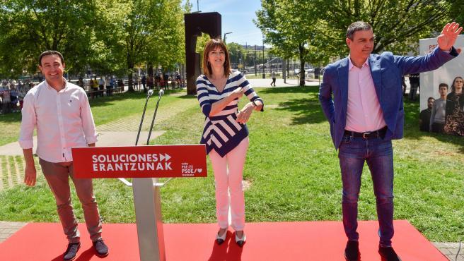 Pedro Sánchez, la candidata del PSE Idoia Mendia, y el líder del partido en Vizcaya, Mikel Torres, este domingo en Bilbao