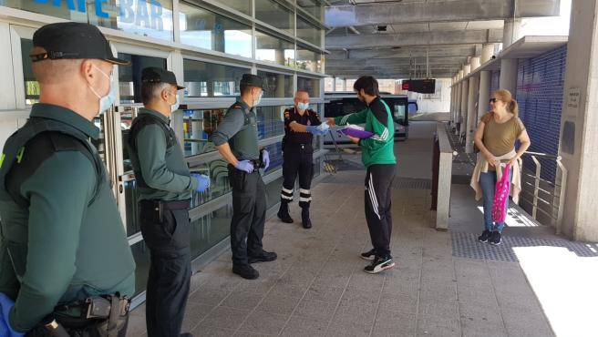 Reparto de mascarillas en la estación de autobuses de Oviedo.