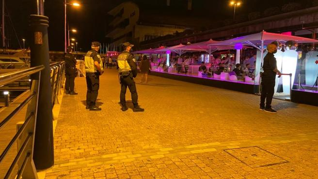 Agentes de la Policía Autonómica controlan el cumplimiento de la normativa de seguridad en un local de ocio nocturno