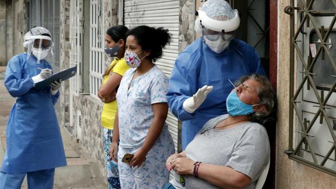 Personal médico realiza pruebas de COVID-19 en la localidad de Kennedy, en Bogotá (Colombia).