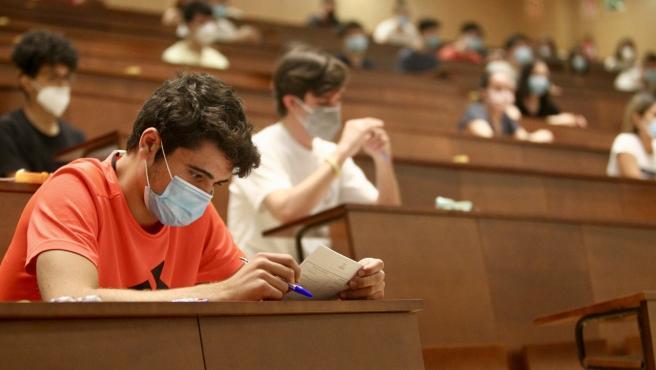 El Aula Magna de la Universidad Complutense, durante el primer examen de la EBAU 2020 en Madrid.