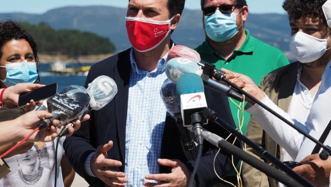 El candidato del PSdeG a la Presidencia de la Xunta, Gonzalo Caballero, atiende a los medios en A Illa de Arousa (Pontevedra)