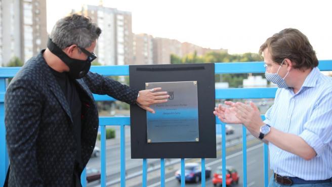 El cantante Alejandro Sanz junto al alcalde de Madrid, José Luis Martínez-Almeida, descubren la placa homenaje al artista en el puente de la M-30 que conecta Moratalaz con el barrio de La Estrella, bautizado ahora como 'Puente del corazón partío'.