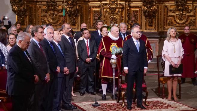 El presidente de la Xunta de Galicia, Alberto Núñez Feijóo (2i), y el alcalde de Santiago de Compostela, Xosé Sánchez Bugallo (2d), participan en la Ofrenda al Apóstol