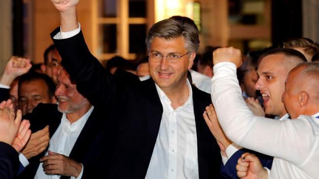 El primer ministro de Croacia, Andrej Plenkovic, celebra en Zagreb la victoria de su partido, la Unión Democrática Croata, en las elecciones legislativas.