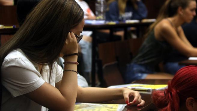 Una chica espera a comenzar un examen de selectividad, en la convocatoria de septiembre del 2019.