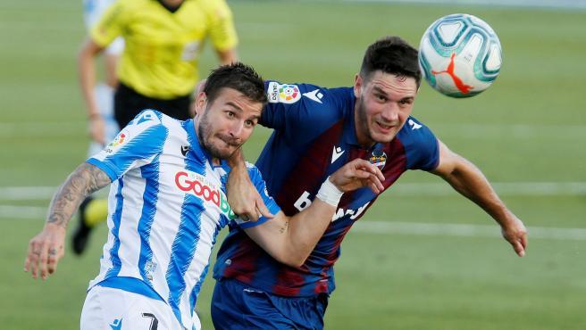 El realista Portu pugna por un balón con el montenegrino del Levante Nikola Vukcevic.