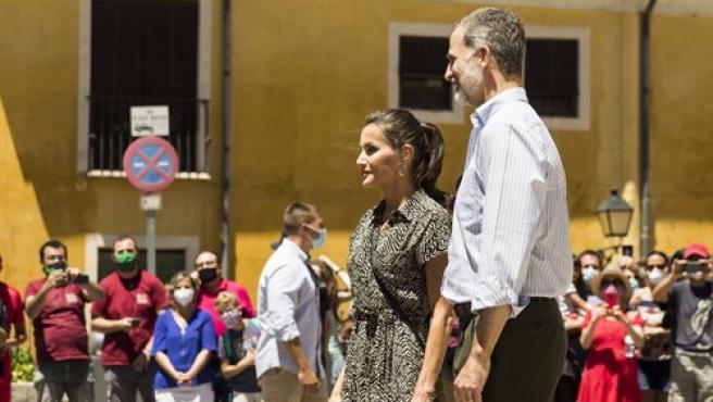 Los Reyes de España, Felipe VI y doña Letizia, saludan a los vecinos en la Plaza Mayor, durante su visita programada a Cuenca