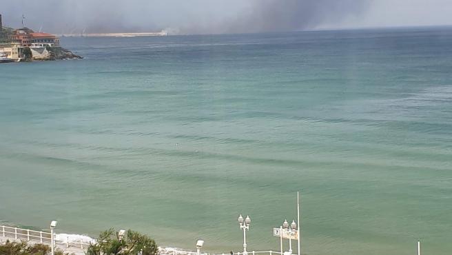 Nube de polvo de carbón procedente de El Musel y visible desde la playa de San Lorenzo