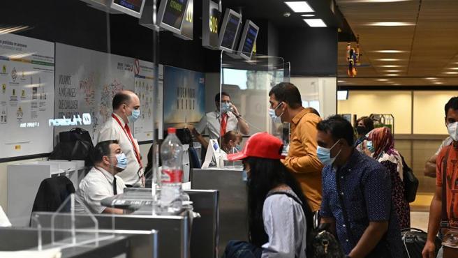 Pasajeros en la T-1 del aeropuerto de Barajas, este domingo.