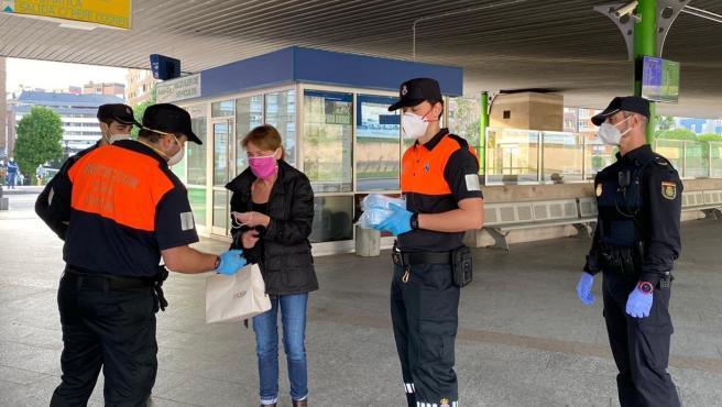 Reparto de mascarillas en la estación de autobuses de Oviedo durante el estado de alarma derivado de la pandemia del coronavirus.