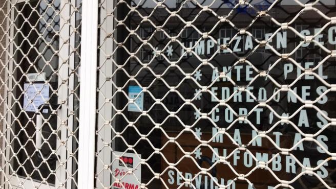 Tintorería cerrada por indicaciones sanitarias, aunque tienen permiso para abrir. Confinamiento por la crisis del coronavirus Covid-19 en Galicia.