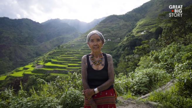 Whang-Od Oggay, la mujer de 103 que hace tatuajes tradicionales de la etnia Kalinga.