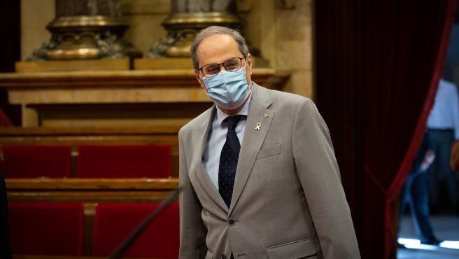 El presidente de la Generalitat, Quim Torra, protegido con mascarilla durante una sesión plenaria, en el Parlamento catalán, en la que se debate la gestión de la crisis sanitaria del COVID-19 y la reconstrucción de Cataluña ante el impacto de la pandemia,