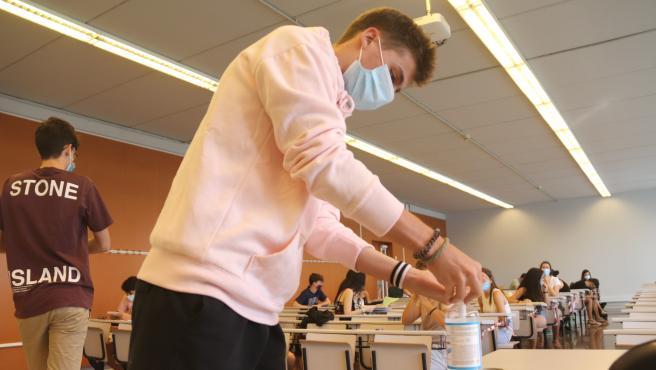 Un estudiante se pone gel hidroalcohólico antes de iniciar el primer examen de Selectividad en el Campus Catalunya de la URV.