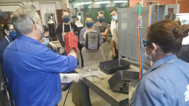 Profesor y alumnos participantes en uno de los cursos reanudados en el Centro de Formación Profesional para el Empleo de Montilla