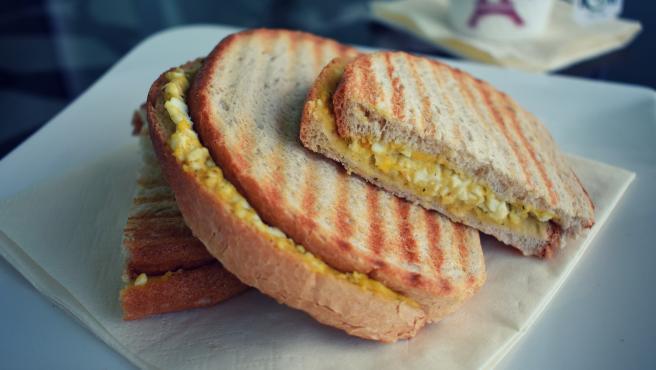 Imagen ilustrativa de un sandwich con huevo.