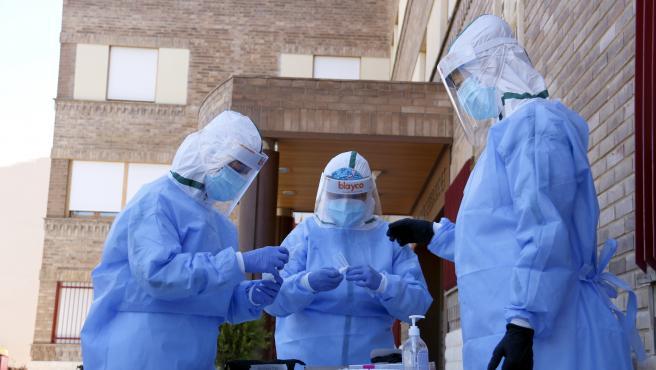 Un equipo de sanitarios se prepara para tomar muestras en una residencia en Lleida.