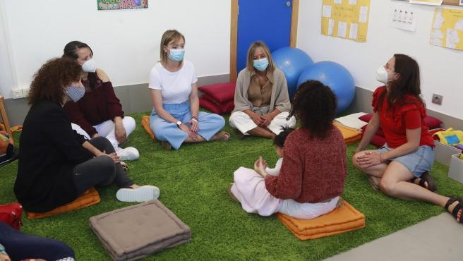 A conselleira de Política Social, Fabiola García, visita o programa de atención prenatal e perinatal para nais en dificultade social de Meniños.