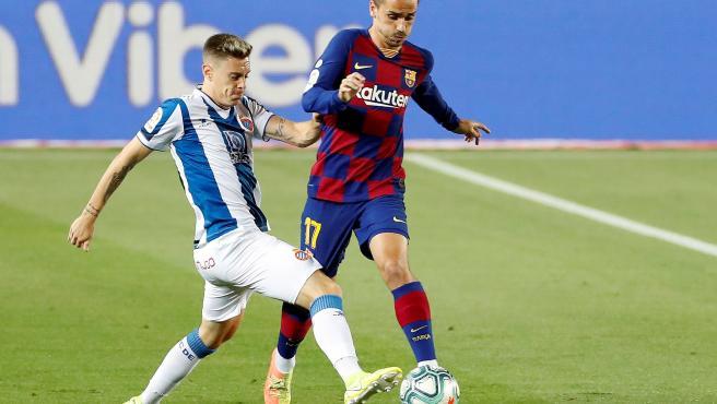 Griezmann juega un balón ante Pol Lozano, del Espanyol.